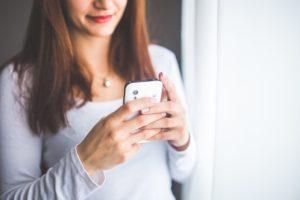 Une femme commentant un blog d'entreprise